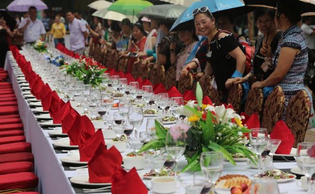 重庆首届红酒节 千人红酒长街宴