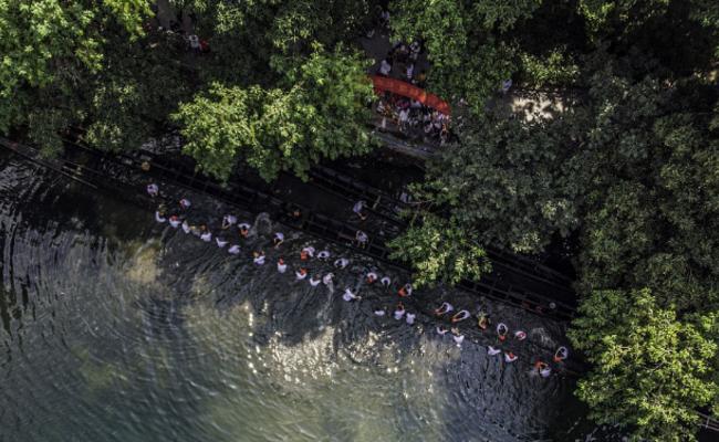广州村民捞起一条400岁的古龙舟