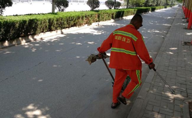 陕西:环卫工人高温穿冬装干活惹争议