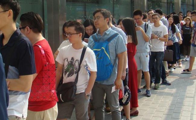 民众排队登记结婚