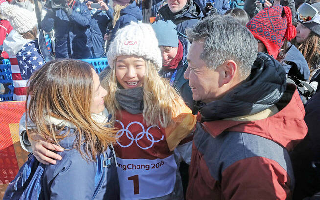 场上是冰雪的战士 场下是父母的孩子