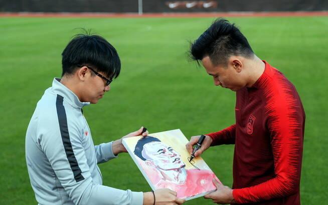 中國男足備戰訓練 球迷贈畫郜林簽名