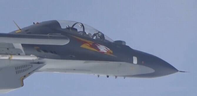 中国空军多款战机巡航南海 苏30机头惊现白头鹰