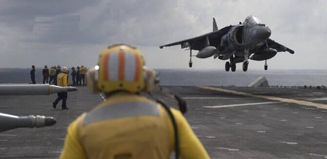 美军4万吨巨舰闯入南海 多架进攻性舰载机起飞