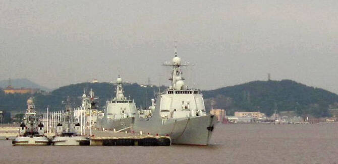 网友拍东海舰队052C神盾舰 3艘齐聚1艘未涂舷号