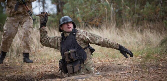 """抓把枯枝当手雷:乌克兰训练平民前往东部""""反恐"""""""