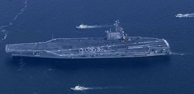 """美军航母部署日本排字问候 民众打横幅""""离远点"""""""