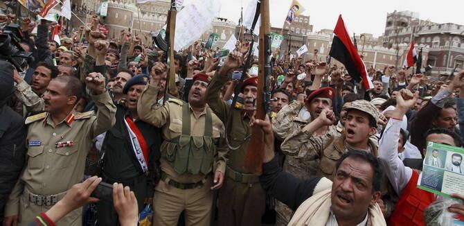胡塞反政府武装持枪集会 犹如万国古董步枪展