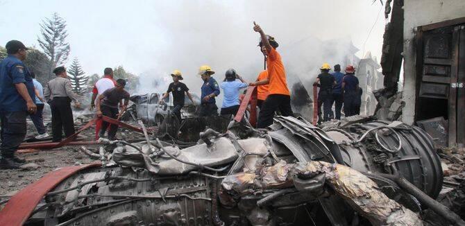 印尼一架C-130大力神居民区坠毁 至少30人死亡