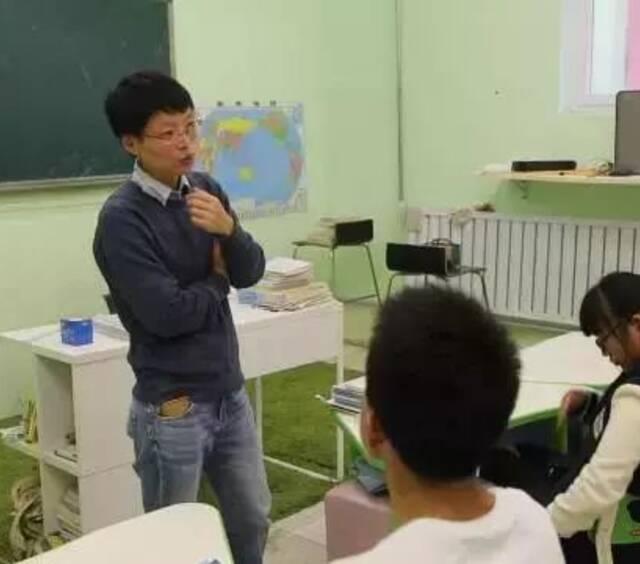 为了让北京没有学籍的打工子弟继续上学,她办了一所全日制社区学堂