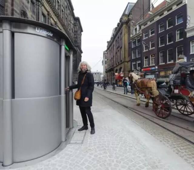 荷兰的公厕是从地上冒出来的,这辈子你还没见过吧