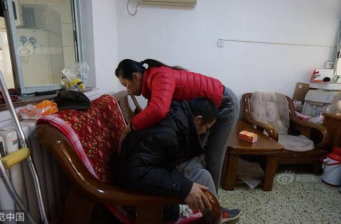 妻子每天背丈夫做康复治疗 将植物人丈夫唤醒