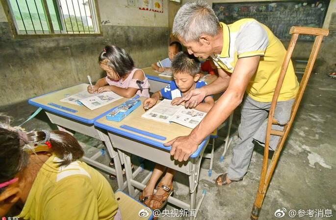 独腿教师坚守乡村讲台,单腿一站就是39年(图)