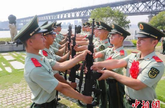 """60余名守桥老兵惜别""""万里长江第一哨"""""""