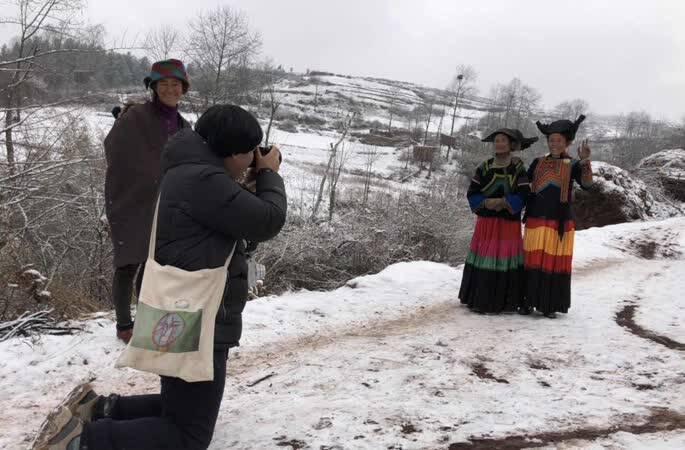 他4个春节没回家,深入大凉山为村民拍全家福2万张