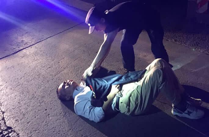 车祸受伤男子卧地瑟瑟发抖,民警脱下外套为其避寒