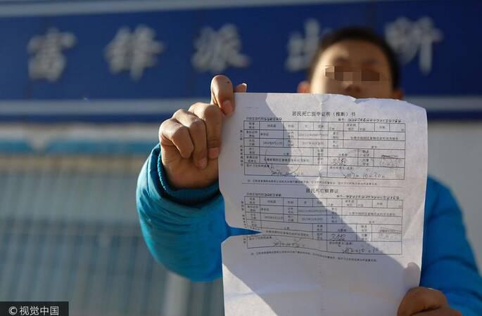 12岁男孩独自为亡父销户 备好证明去孤儿院