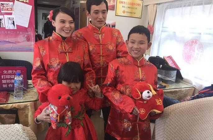 夫妻在外务工多年 春运列车上拍首张婚纱照