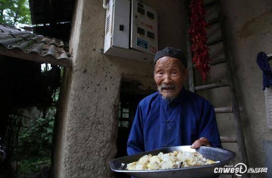 102岁老人给68岁儿子做饭:他种地放牛太累