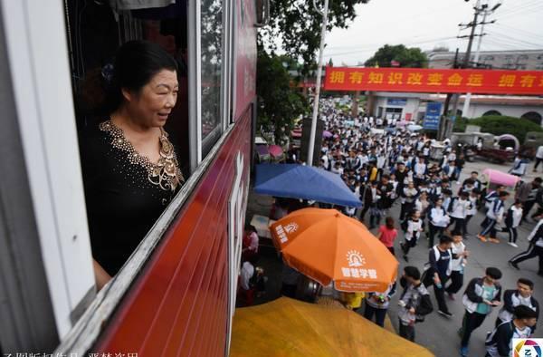 """""""亚洲最大高考工厂""""一个代陪读妈妈管108个考生"""