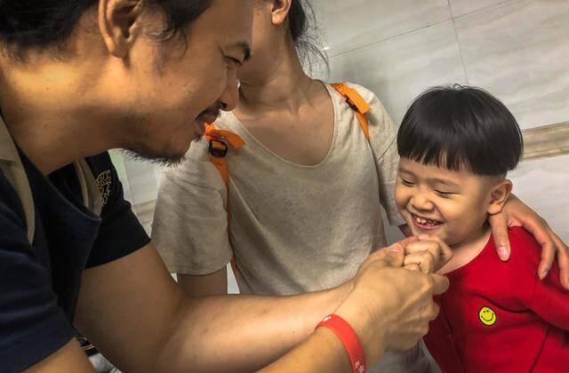 女子将重病娃弃于发廊 发型师倾家荡产救他4年