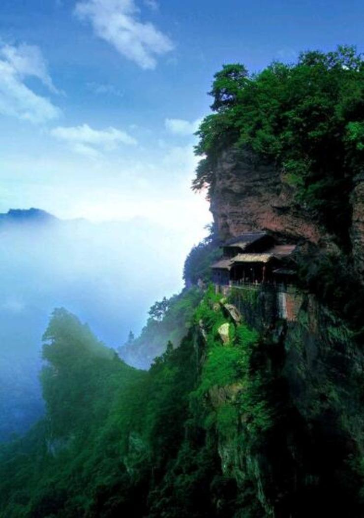 修建在悬崖峭壁上的中国建筑 看着就瘆得慌