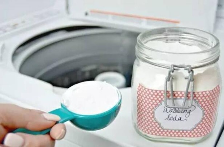 3.向洗衣机内倒入洗衣液、洗洁精和漂白剂、苏打粉,打开洗衣机,让加入的洗涤材料能够完全被溶解。