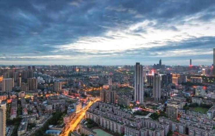 5、武汉,湖北省省会,是中部六省唯一的副省级市中国中部地区的中心城市,全国重要的工业基地和综合交通枢