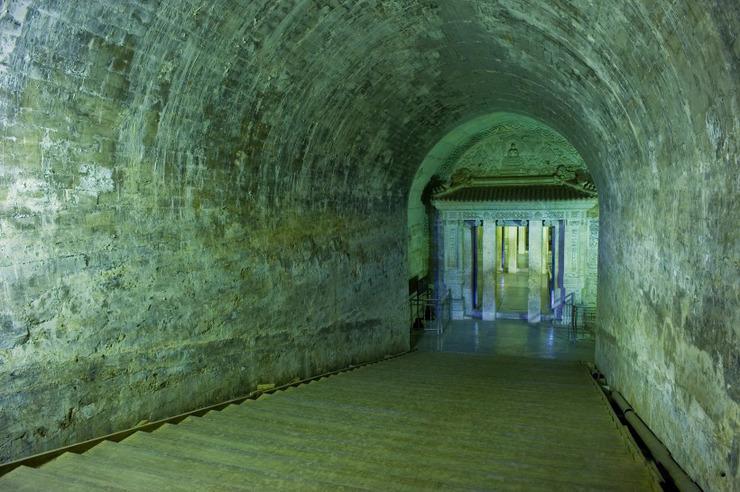 裕陵地宫为传统的拱券式石结构,由九券四门构成,进深达五十四米.