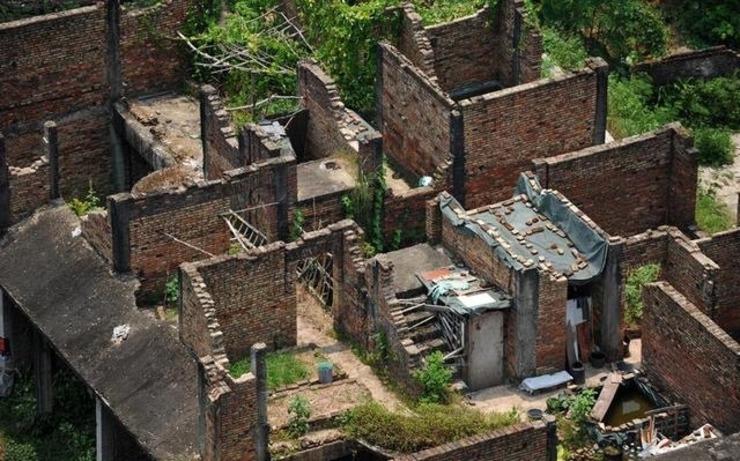 一百余栋烂尾别墅外墙红砖裸露,清晰可见其主体结构.