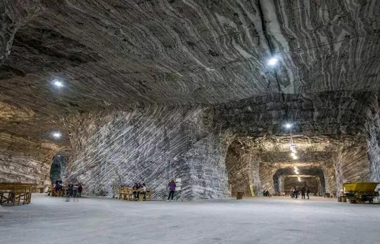 在山洞里安家的小镇最怕停电 否则只能睡觉一天了