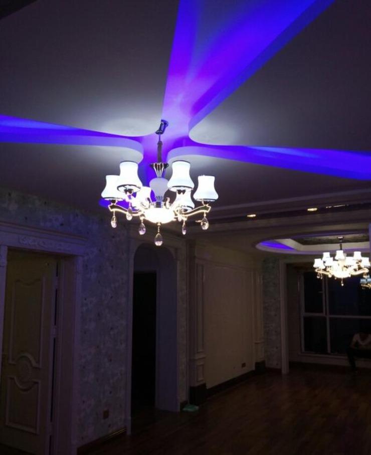 客厅,那么多彩灯,你看着不迷糊?整的和ktv似的,我也是无语了.