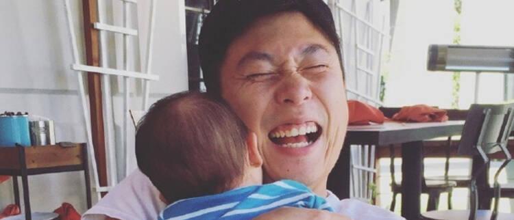 李小鹏抱儿子眼睛都笑没了!