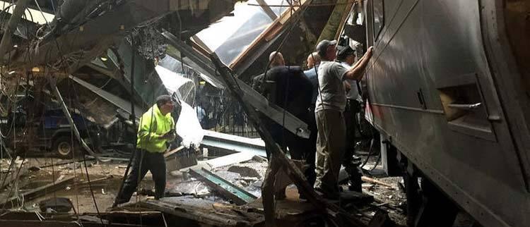 美国:火车撞击月台事故现场