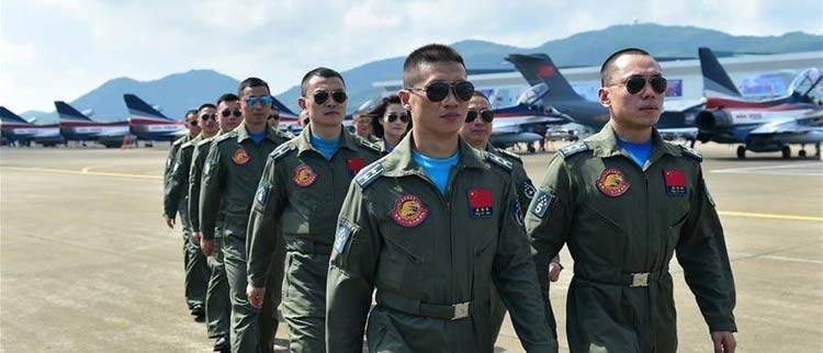 """中国空军""""八一""""飞行表演队飞抵珠海"""