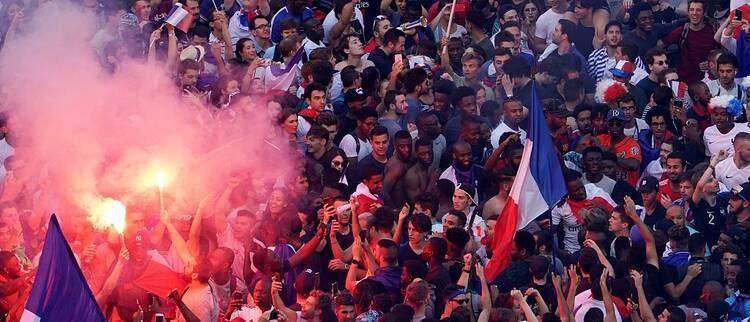 裸奔打砸抢?法国球迷情难自制警方出动