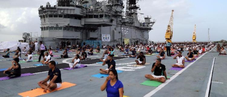 没搞错?印军航母竟然变身大型瑜伽馆