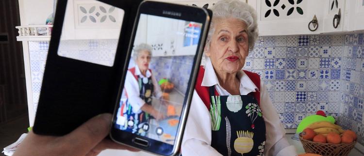 """心态年轻赶潮流 俄罗斯85岁老奶奶社交媒体上成""""网红"""""""