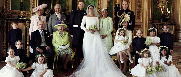 英国皇室官方全家福:哈里梅根相依偎