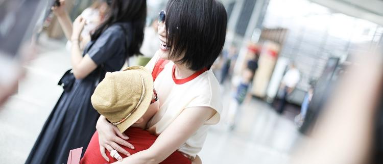 俞飞鸿抱着他母爱满满!