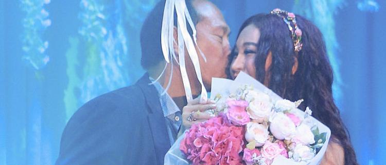 52岁的她首开演唱会 获老公送花献吻