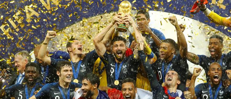 夺冠时刻!法国队捧起大力神杯