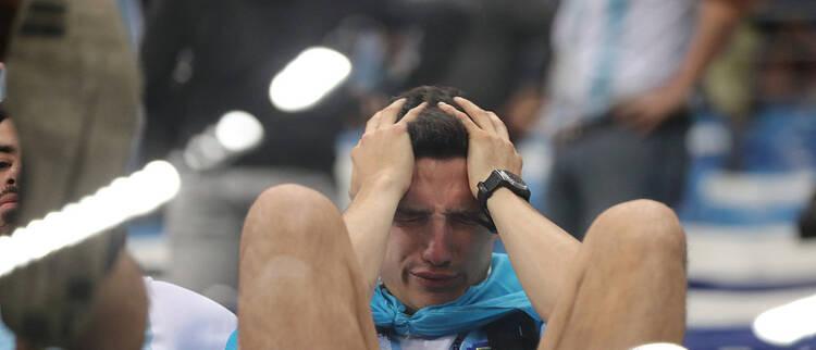 球队遭惨败 阿根廷球迷痛苦不愿离场