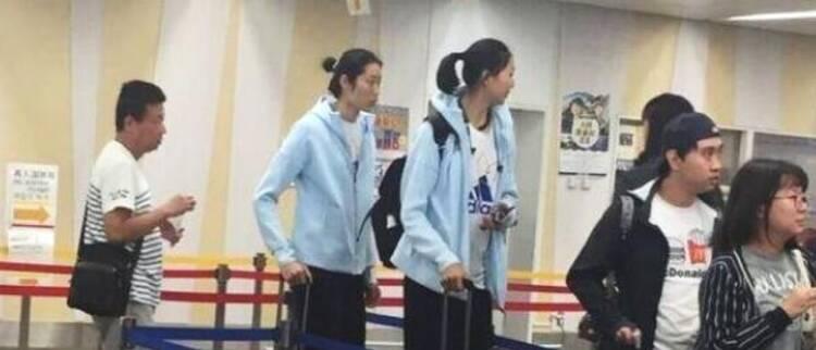 中国女排抵达日本 满脸倦容让人心疼