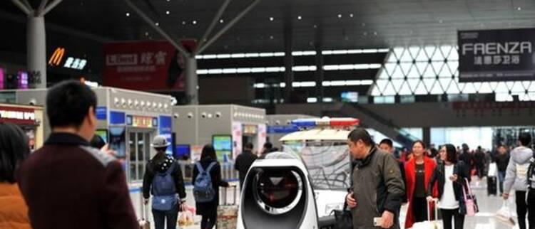 全国首款警察机器人亮相 路人驻足围观
