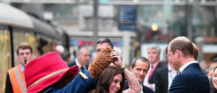 凯特王妃踩高跟与帕丁顿熊共舞