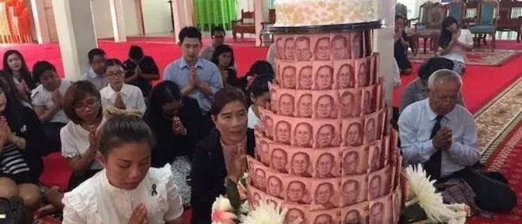 泰高僧生日 大学师生10万现金堆蛋糕