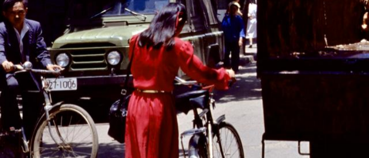 80年代夏日风情:旧照中闪亮的裙摆