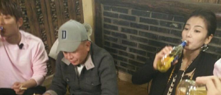 刘涛喝酒对瓶吹 老公在旁不作声