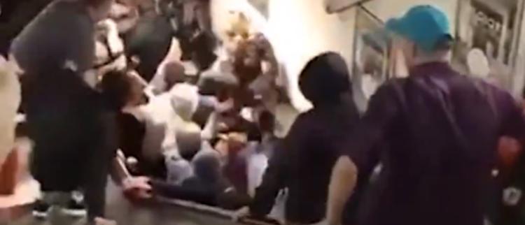 地铁电梯故障 人群挤成一团